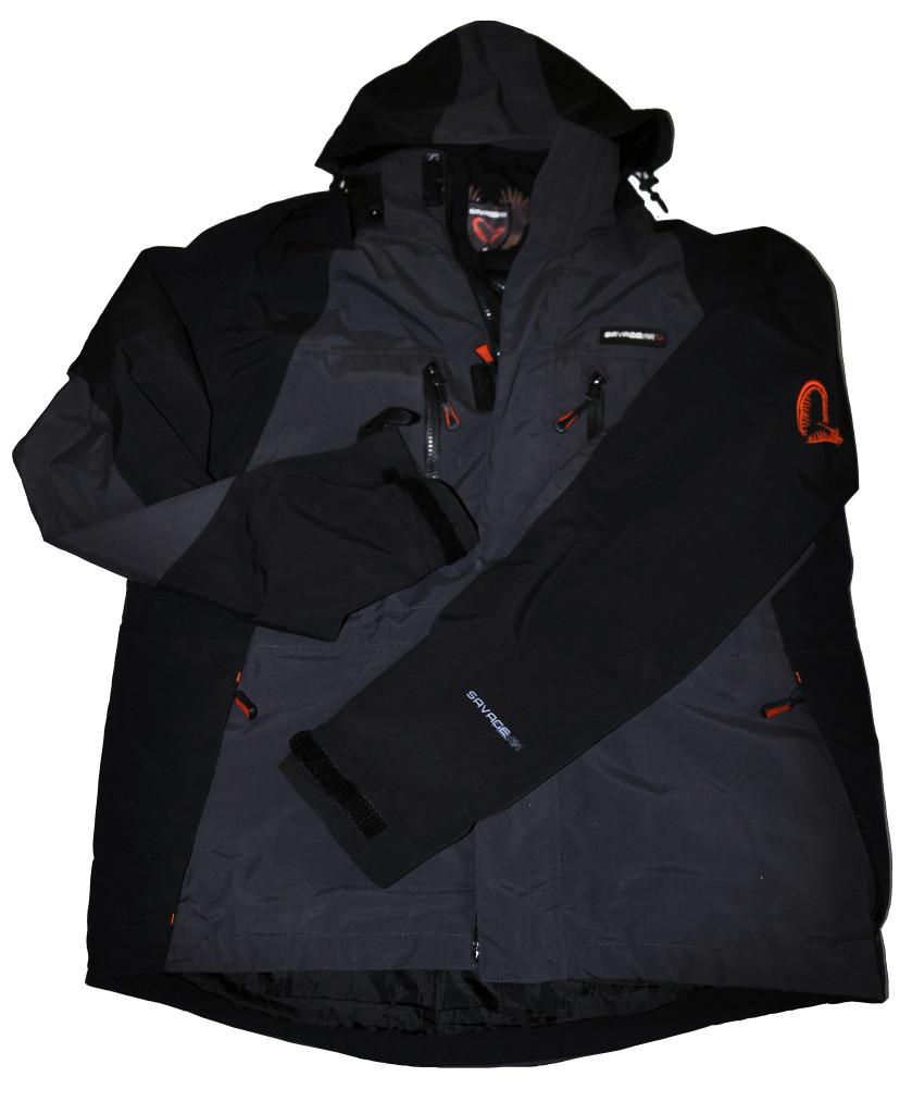 Oddychająca kurtka marki Savage Gear może być noszona nie tylko na wyprawach wędkarskich.